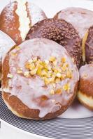 smakelijke donuts op schotel foto
