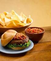 hamburger met salsa foto