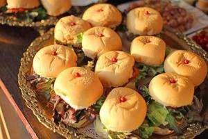 zelfgemaakte hamburgers en groenten foto