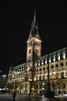 stadhuis van hamburg 's nachts foto