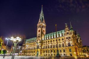 stadhuis in 's nachts hamburg
