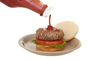 ketchup op een hamburger foto