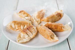 Aziatische maaltijd pan gebakken dumplings foto