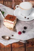 tiramisu cake met verse munt foto