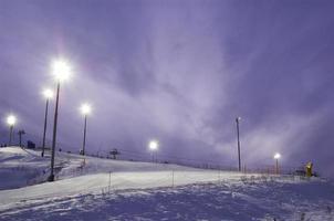 nacht sneeuw heuvel in skipark foto