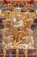 gouden godin naja standbeeld, fontein op de voorgrond foto