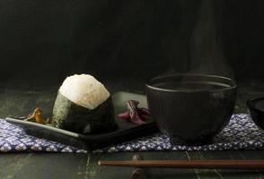 rijstbal onigiri en miso soep foto