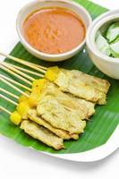 saté van gegrild varkensvlees met pindasaus en azijn, Thais eten. foto