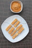 gebakken sesam tofu pindakaas saus foto