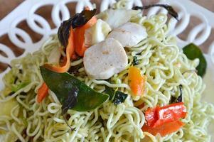 roergebakken vegetarische instant noodle op schotel foto