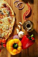 pizza met groenten, kruiden en olijfolie foto