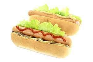 hotdog met augurk, mosterd en ketchup foto