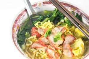 Chinees eten, wonton en noedels voor traditioneel gastronomisch knoedelbeeld foto