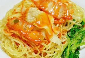 tarwenoedels met groenten en vlees foto