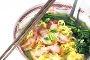 Chinees eten, wonton en noedels voor traditioneel gastronomisch knoedelbeeld