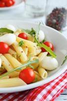 penne met cherrytomaatjes en mozzarella kaas foto