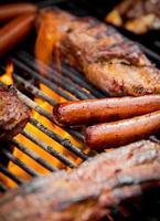 hotdogs en ribben op een grill