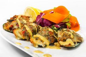 mosselen in beslag met saus, citroen en sla, thai. selectief foto