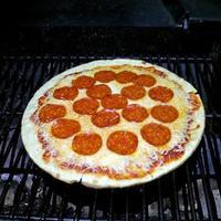 bbq gegrilde pepperoni pizza avond foto