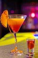 cocktail aan de bar in een nachtclub met levendige kleuren foto