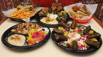 mediterrane maaltijd geserveerd foto