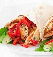 pita gevuld met kip en paprika foto