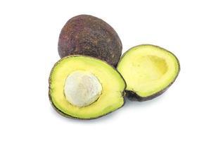 stapel gesneden hass-avocado's die op wit worden geïsoleerd. foto