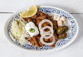 gyros met tzatziki koolsalade olijven en fetakaas foto