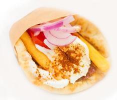 close-up van Griekse pita gyros op witte achtergrond.