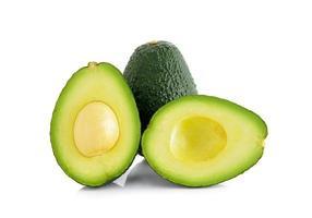 avocado die op witte achtergrond wordt geïsoleerd foto