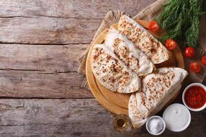 quesadilla met zure room en tomatensaus horizontale bovenaanzicht
