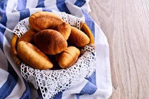 croissants in een mandje foto