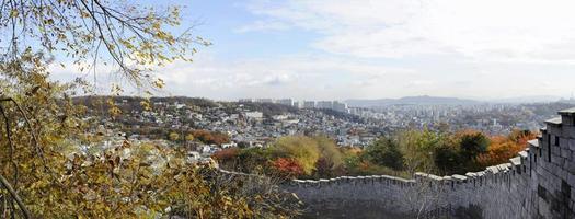 panoramisch uitzicht op de seonggwak vestingmuur foto