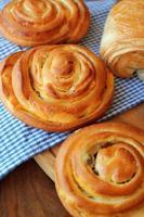 verse broodjes op houten tafel foto