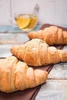 croissant met thee foto