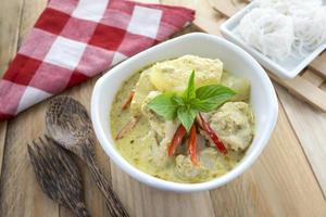 Thaise cuisin, groene curry visballetjes met rijstvermicelli. foto