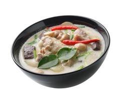thaifood pittige kip curry in kokosmelk foto