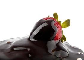 aardbei in een chocolade foto