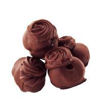 chocoladesuikergoed tegen witte achtergrond foto