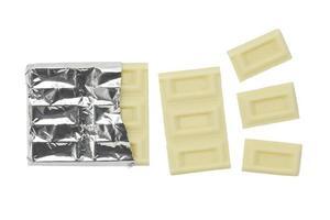 geïsoleerde gebroken witte chocoladereep foto