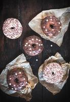 donkere en witte chocolade donuts foto