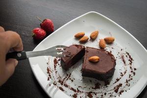 dessert chocoladetaart op een witte plaat.