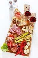 Italiaanse gezonde snacks. prosciutto, salami, gegrilde groenten p foto