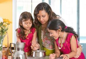 Indiase familie koken foto