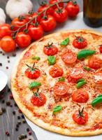 vegetarische pizza met kerstomaatjes foto