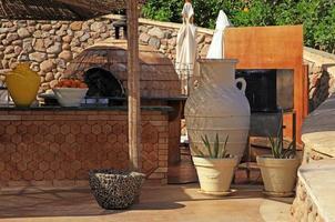 terras met houten aanrecht en ronde oven, Egypte foto