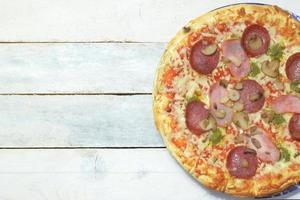 zelfgemaakte pizza 4 seizoenen in een rustieke keuken foto