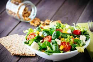 dieet van gezonde salade en crackers foto