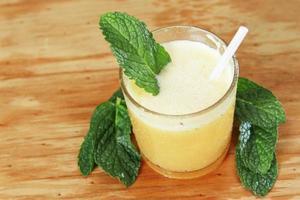 sinaasappelsap met groene munt foto