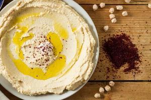 Midden-Oosterse keuken: vers hummus gemaakt foto